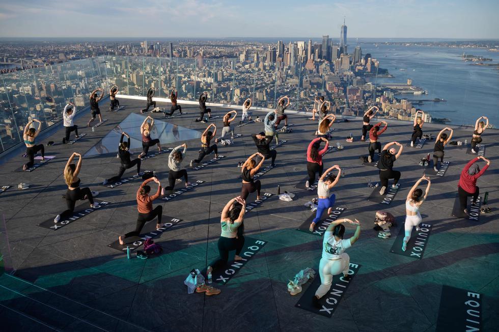 Los practicantes de yoga asisten a una clase en la plataforma de observación Edge, catalogada como la 'plataforma de cielo al aire libre más alta del hemisferio occidental' a 345 metros y con vista al horizonte de Manhattan, en Nueva York. Restricciones pandémicas se han levantado gradualmente en los EE. UU. con poco más del 52% de la población, o 174 millones de personas, que han recibido al menos una dosis, según funcionarios de salud. El 14 de junio, la ciudad de Nueva York anunció que el 64,8% de los adultos había recibido al menos una dosis de la vacuna Covid-19. (Foto: Ed Jones / AFP)