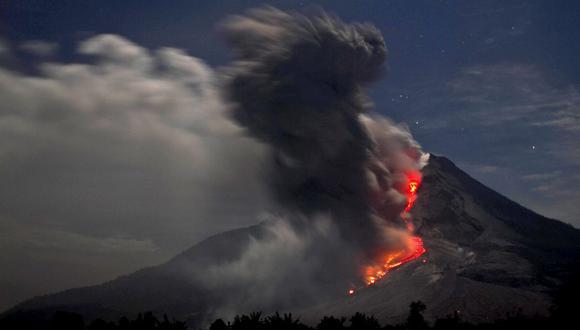 El Anillo de Fuego del Pacífico es un área de gran actividad sísmica y volcánica. En la foto vemos al volcán Monte Sinabung en erupción, visto desde Karo, Norte de Sumatra, Indonesia, en 14 de enero de 2014. (Foto: EFE/ Ade Sinuhaji)