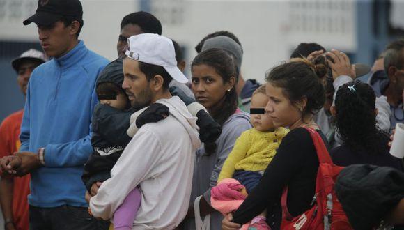 Migrantes venezolanos esperan vuelo que los lleve a Venezuela