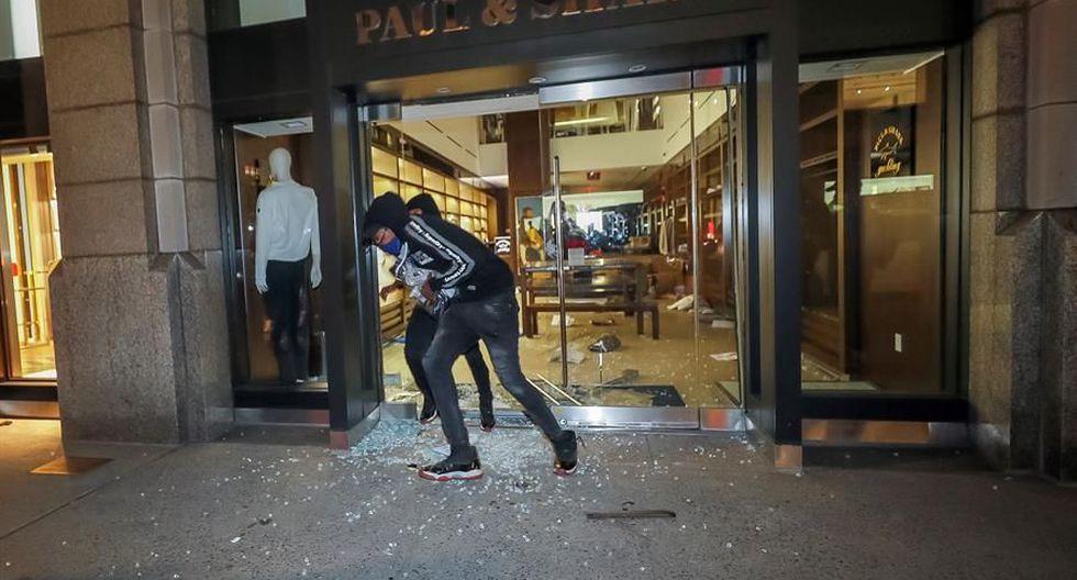 Un grupo de personas saquea un negocio en el centro de Manhattan, Nueva York, durante una protesta por el asesinato de George Floyd. (EFE / EPA / JUSTIN LANE).