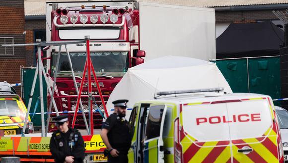 Agentes de policía acordonan el área alrededor del camión en la escena en el Parque Industrial Waterglade en Grays, Essex, Reino Unido, el 23 de octubre de 2019 (reeditado el 22 de enero de 2021). (EFE/EPA/VICKIE FLORES).