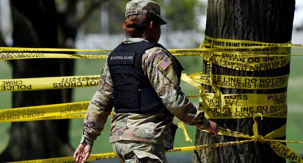 Estados Unidos es el país más afectado con 368.449 contaminaciones oficialmente diagnosticadas. Imagen referencial de un miembro de la Guardia Nacional pasando junto a una cinta policial en Washington, DC.  (Olivier DOULIERY / AFP).