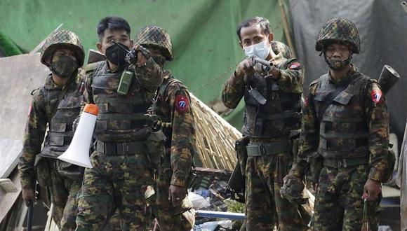 Los soldados avanzan para dispersar a los manifestantes durante una protesta contra el golpe militar en Yangon, Myanmar, el 3 de marzo de 2021. (EFE / EPA / LYNN BO BO).