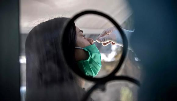 Una mujer se somete a una prueba de PCR para la deteción del COVID-19 en el centro médico móvil del municipio de El Bosque, en Santiago, el 25 de agosto de 2020. (Foto: AFP)