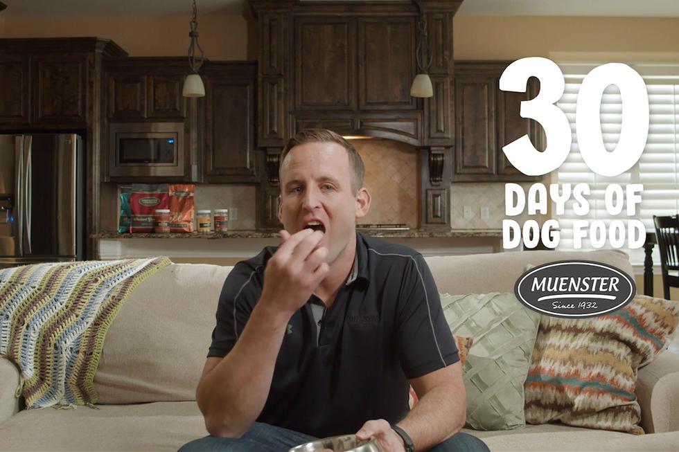 Mitch Felderhoff lleva un mes alimentándose solo de comida para perros para demostrar lo buena que está. (YouTube)