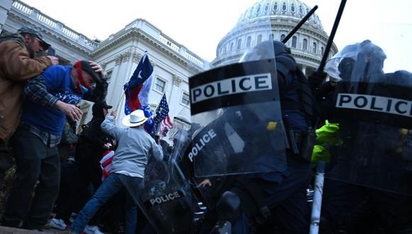 Los partidarios de Trump chocan con la policía mientras asaltan el Capitolio, el miércoles 6 de enero de 2021. (Foto: Brendan SMIALOWSKI / AFP).
