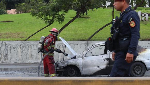 El incendio paralizó el tránsito en la Vía Expresa. (Foto: Alessandro Currarino/ GEC)