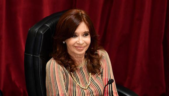 La vicepresidenta de Argentina, Cristina Kirchner, sonríe luego de abrir la sesión en el Senado el 29 de diciembre de 2020. (Foto de Ronaldo SCHEMIDT / AFP).