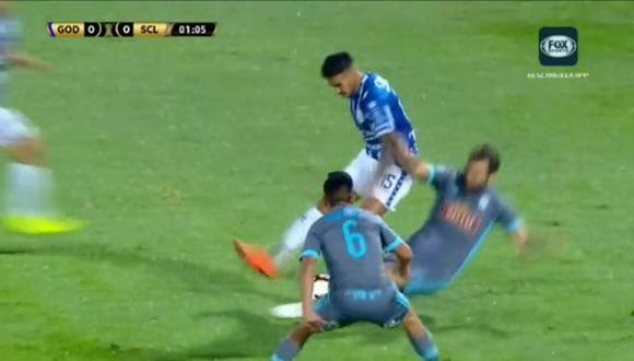 Sporting Cristal vs. Godoy Cruz EN VIVO: Revoredo vio la tarjeta amarilla por esta dura infracción | VIDEO. (Video: FOX Sports / Foto: Captura de pantalla)