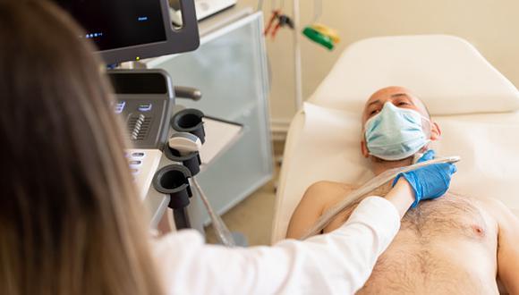 Entre los principales síntomas asociados a este mal se encuentran el cambio en la voz, un bulto en el cuello, dolor de garganta que no desaparece, explica el médico oncólogo,Mauricio León Rivera. (Getty Images)