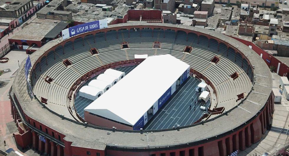 Toma aérea de la plaza de Acho. El recinto viene siendo usado como albergue para personas sin casa durante el confinamiento por el coronavirus en Perú. Foto: AFP / Cris BOURONCLE