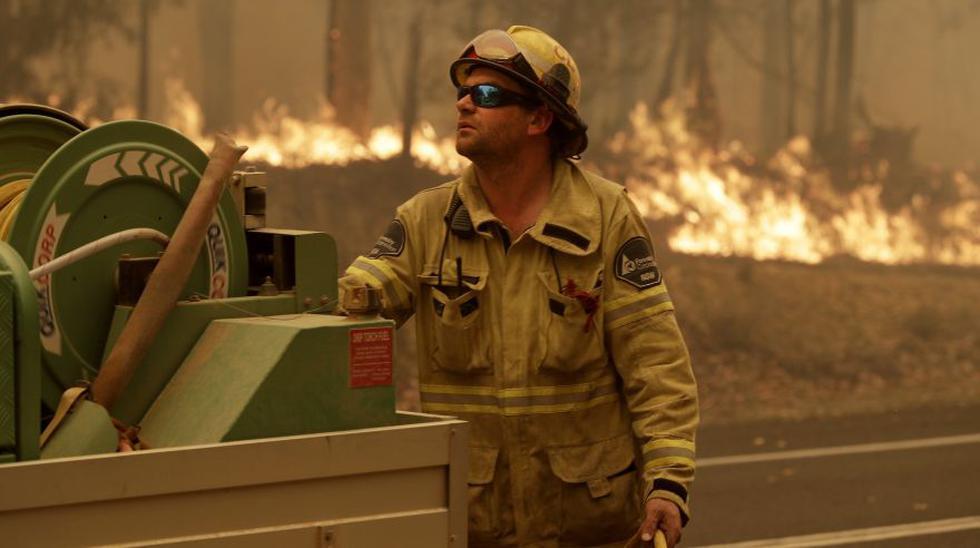 Miles de personas tuvieron que ser evacuadas por los incendios en Australia  y amenazan con cortes de luz. En la imagen, un trabajador de la Corporación Forestal cerca de Moruya, Australia. (Foto: AP).