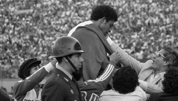Héctor Chumpitaz levantado en hombros por la clasificación de la Selección peruana al mundial, año 1981. (GEC Archivo Histórico)