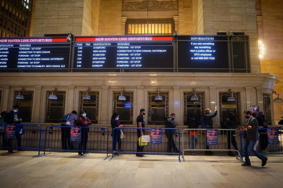 La gente espera en una fila para recibir las vacunas contra la enfermedad del coronavirus (COVID-19) en la estación de tren Grand Central Station Terminal en Manhattan, Nueva York. (REUTERS/Carlo Allegri).