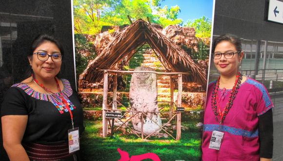 Dos integrantes de la Organización Mundo Maya durante la Feria Internacional de Turismo, Fitur 2019, en la que se propone el turismo comunitario (Foto: EFE)