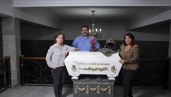 Rocío Lladó, la directora; Ítalo Lorenzzi, el productor general; y Julia Panta, la viuda del héroe. La foto fue tomada en la Cripta de los Héroes, en el Presbítero Maestro. FOTOS RICHARD HIRANO