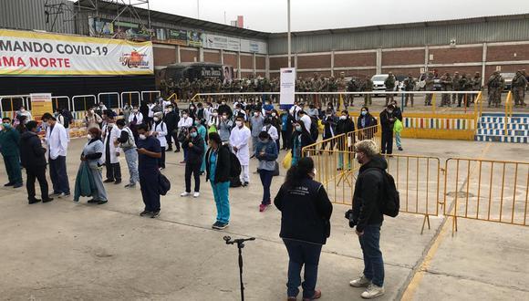 Uno de los puntos de concentración del personal de la salud fue en el local de El Huaralino en Independencia, en Lima norte. Los militares se encargaron de apoyar en el trabajo, al igual que el personal de las municipalidades. (Foto: César Munayco)