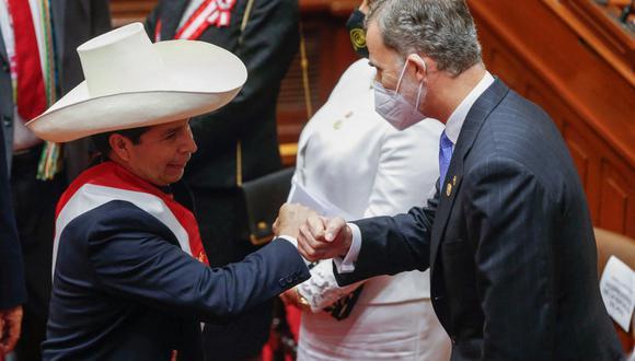 En esta imagen divulgada por la oficina de prensa de la presidencia peruana, el recién jurado presidente Pedro Castillo (izq.) es recibido por el rey de España Felipe VI en el Congreso peruano en Lima el 28 de julio de 2021. (AFP / PRESIDENCIA PERUANA / KAREL NAVARRO)
