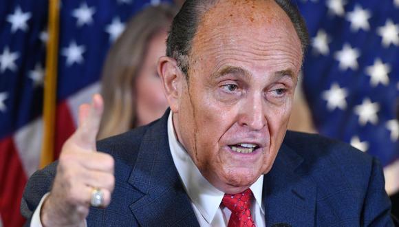 """El jueves, Rudy Giuliani, abogado personal de Trump, sugirió que el presidente electo Joe Biden estaría detrás de un """"plan centralizado"""" de fraude electoral masivo que le habría permitido quedarse con votos destinados al mandatario republicano. No ofreció pruebas. (Foto: MANDEL NGAN / AFP)."""