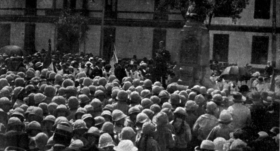 """El 11 de mayo de 1924, se celebró por primera vez el """"Día de la Madre"""" en el Perú. La foto muestra una ceremonia oficial ante el busto de Juana Alarco de Dammert, en las cercanías del Parque de la Exposición. (Foto: Revista Variedades)"""