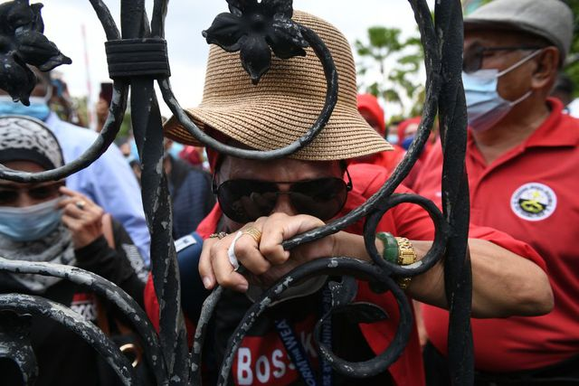Simpatizantes de Najib Razak lloran tras el final del juicio por corrupción. (Foto: Mohd RASFAN / AFP).