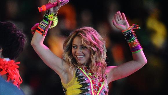Shakira cautiva a sus fans surfeando sobre una ola artificial. (Foto: AFP/Jewel Samad)