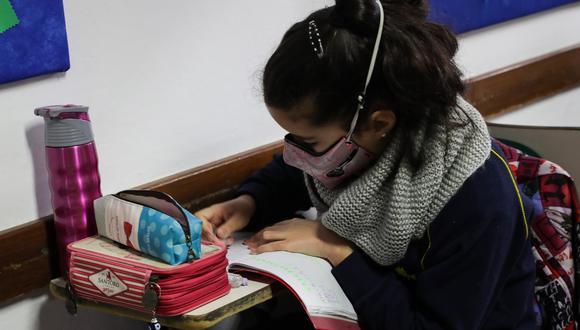 Fotografía de una estudiante del Colegio Español Cervantes en Uruguay durante el retorno de las clases presenciales en Montevideo. En Perú el regreso a las aulas todavía no tiene fecha certera. (Foto: EFE/ Raúl Martínez)