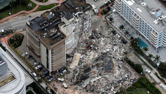 Una vista aérea que muestra un edificio parcialmente derrumbado en Surfside, cerca de Miami Beach, Florida, Estados Unidos, el 24 de junio de 2021. (REUTERS/Marco Bello).