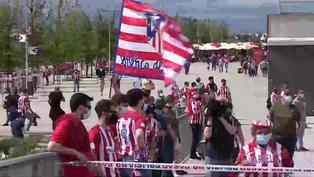 La hinchada rojiblanca anima al Atlético de Madrid en el exterior del Wanda Metropolitano