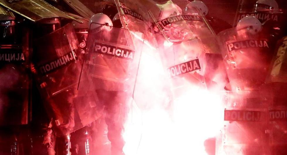 Manifestantes arrojan proyectiles a la policía durante la protesta contra las estrictas medidas para combatir el coronavirus en Belgrado, Serbia. (EFE / EPA / ANDREJ CUKIC).