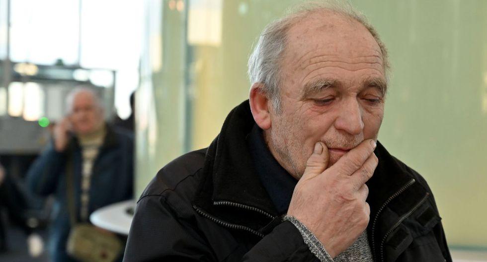 Imagen del padre de un miembro de la tripulación del avión de Ukraine International Airlines. El hombre se encuentra en el aeropuerto de Boryspil, a las afueras de Kiev. (Foto: AFP)