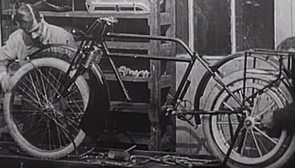 Mira cómo se fabricaba una moto en el año 1900