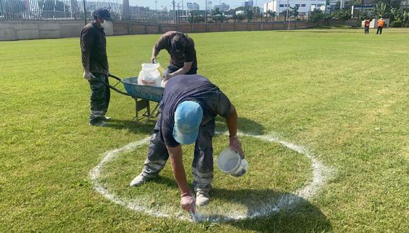 Personal miraflorino demarcando en el estadio Manuel Bonilla los espacios donde se colocará a los que infrinjan las normas sanitarias y la cuarentena. (Foto: Municipalidad de Miraflores)