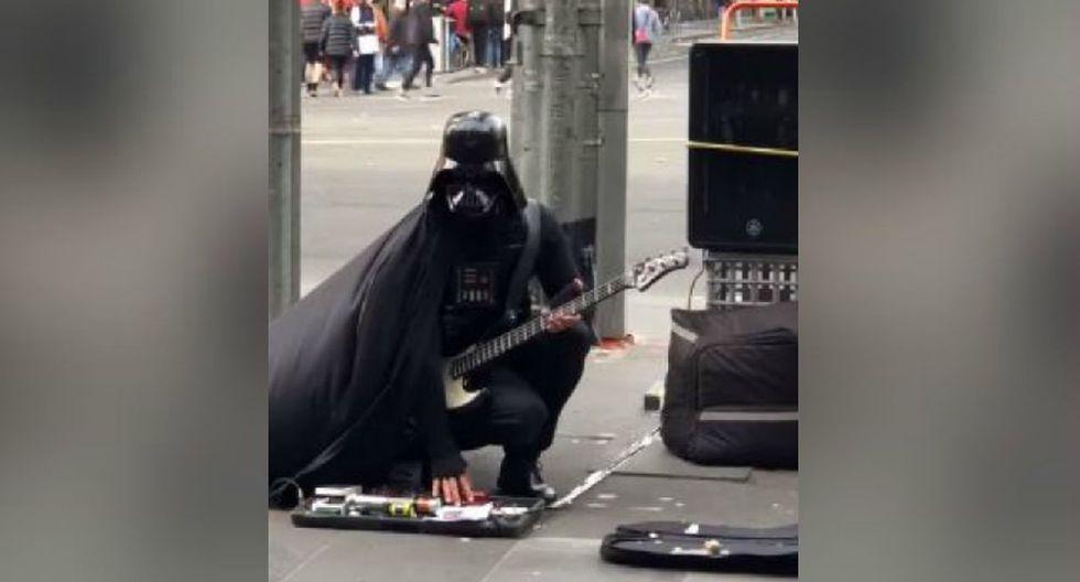 Nadie imaginó ver a alguien disfrazado del villano de 'Star Wars' tocando una guitarra eléctrica. (YouTube: ViralHog)