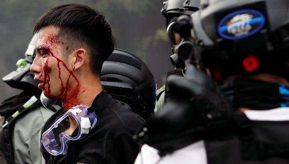 La policía arresta a un manifestante en la Universidad Politécnica de Hong Kong (PolyU). (REUTERS/Tyrone Siu).
