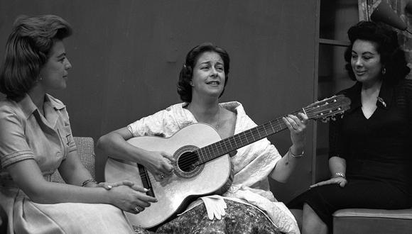 """Chabuca Granda en el programa """"Femenidades"""" del canal 9, año 1960. Grupo Editorial COSAS y Fundación BBVA presentan la recopilación más completa de la obra de la artista. (Foto: GEC Archivo Histórico)"""