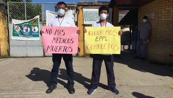 Médicos protestan frente al Hospital Regional de Loreto. En las últimas horas han fallecido otras tres médicos por COVID-19. (Foto: Daniel Carbajal).