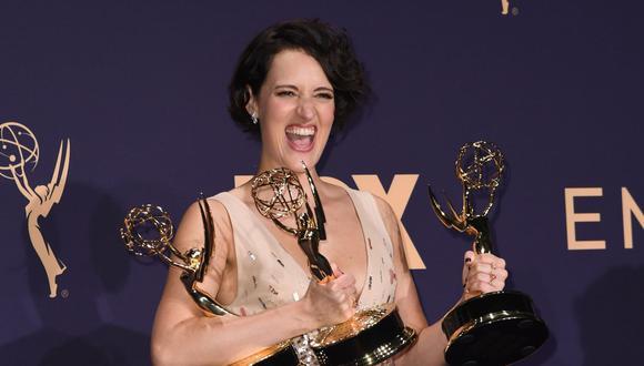 Phoebe Waller-Bridge posa junto a los Emmy por Mejor guión de comedia, Mejor actriz principal de comedia y Mejor serie de comedia. (Foto: AFP)