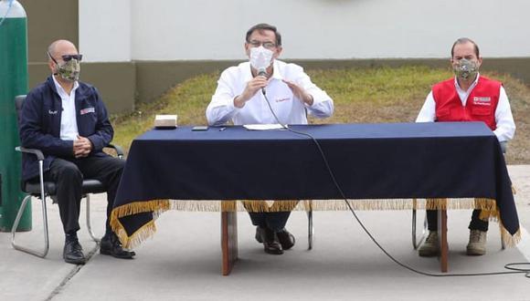 El presidente Martín Vizcarra comparece ante la prensa acompañado de sus ministros de Salud (izquierda) y Defensa, durante una visita al Hospital Militar, el viernes 19 de junio. (Foto: Difusión).