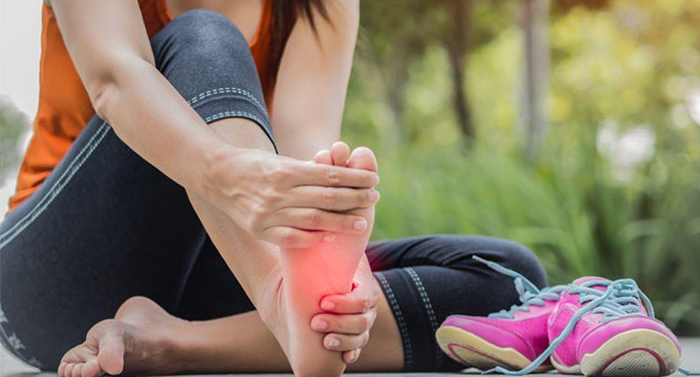 Esta es una de las dolencias ortopédicas más comunes del pie y puede aparecer de manera lenta con el tiempo o repentina después de una actividad intensa.