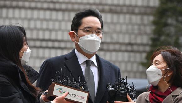 Lee Jae-yong (Centro), vicepresidente de Samsung Electronics, llegando a un tribunal para un juicio por su escándalo de soborno que involucra al ex presidente surcoreano Park Geun-hye en Seúl. (Foto: Jung Yeon-je / AFP).
