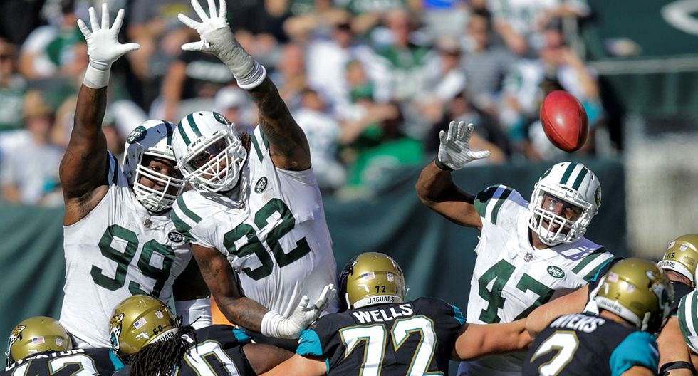 New York Jets players Steve McLendon, Leonard Williams try to block a goal against Jacksonville Jaguars during their NFL football game in East Rutherford, New Jersey, U.S., October 1, 2017. REUTERS/Eduardo Munoz     TPX IMAGES OF THE DAY
