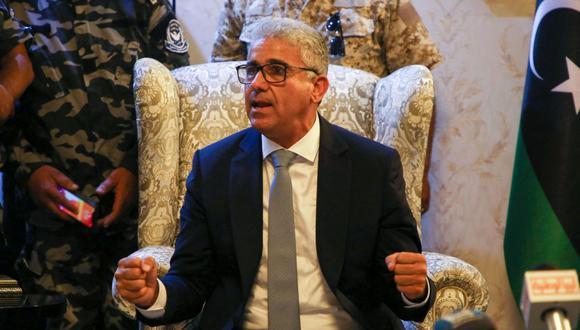 El ministro del Interior de Libia, Fathi Bachagha, habla a su llegada al Aeropuerto Internacional Mitiga, al este de Trípoli, el 29 de agosto de 2020. (Foto: AFP).