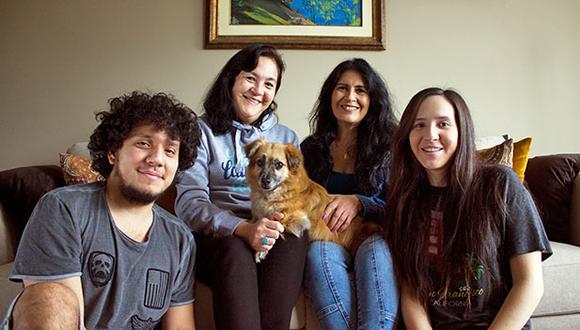 Paquito junto a Rosario Chumbiray, sus hijos Marcela y Rodrigo Cano y su hermana Ma Elena. (Foto: Cortesía)