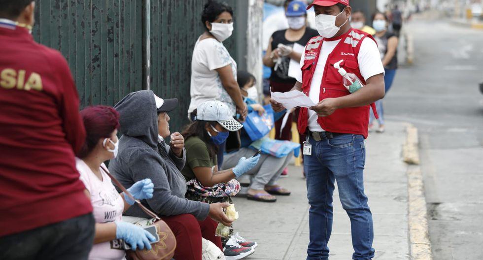 Personal del Midis permanece en el lugar para orientar a los ciudadanos. (Foto: Miguel Yovera)
