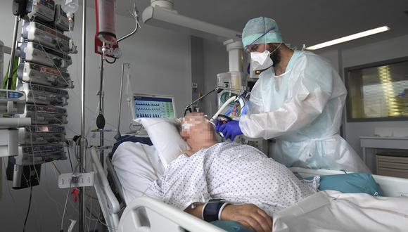 Personal médico atiende a un paciente en una unidad de cuidados intensivos para enfermos de coronavirus en el Hospital Universitario de Estrasburgo (HUS), en Francia, el 22 de octubre de 2020. (Foto de FREDERICK FLORIN / AFP).