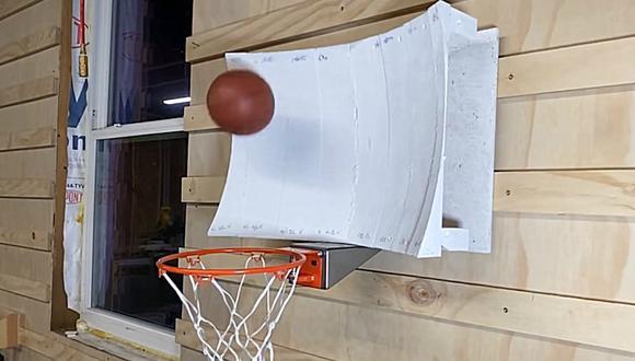 El canal de YouTube Stuff Made Here cretó una canasta de baloncesto con una forma y curvatura bastante peculiar que permite siempre acertar al arrojar la pelota al aro. (Foto: Captura)