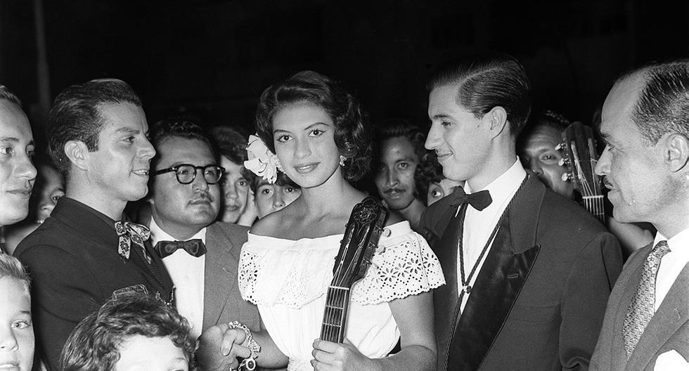 Admiradores llevan serenata a Gladys Zender, miss Universo 1957. Foto: GEC Archivo Histórico