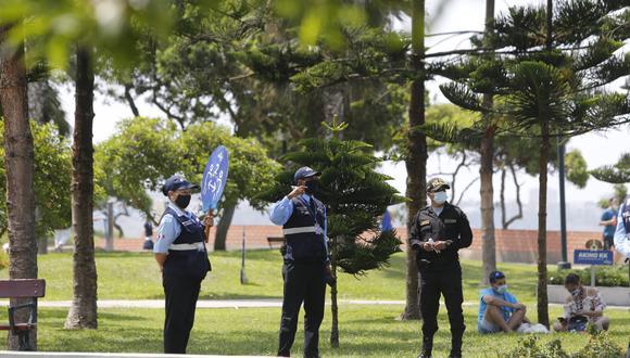 Policía Nacional y personal de Serenazgo resguardan el acceso al Parque del Amor, en Miraflores. (Foto: Violeta Ayasta / @photo.gec)