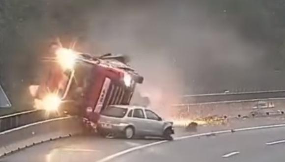 Eslovenia: conductor pierde control de su auto y provoca caída de camión cisterna desde un puente. Foto: Captura de video